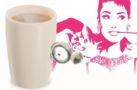 taza con anillo de diamante
