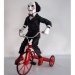 Muñeco de Saw con triciclo