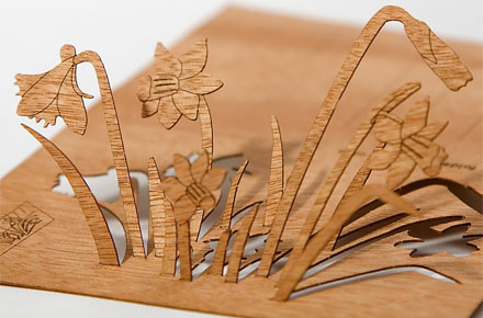 Postal de madera recortable narcisos