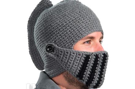 Gorro de lana con forma de casco medieval