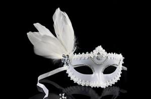 Máscara veneciana blanca con pluma y encaje