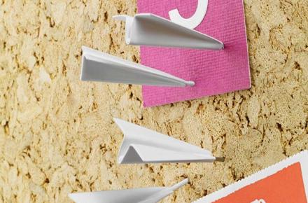 Chinchetas con forma de avión de papel