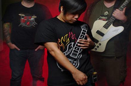 Camiseta con guitarra eléctrica incorporada