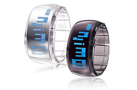 Par de relojes pulsera futuristas