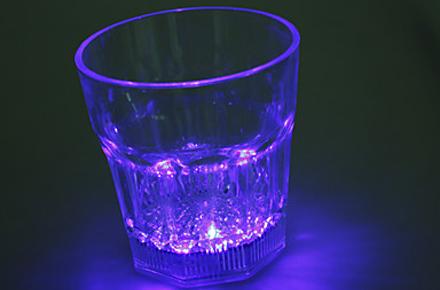 Vasos LED, cambia el color de tus bebidas