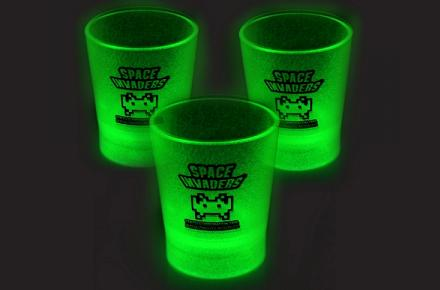 Vasos de chupito Space Invaders que brillan