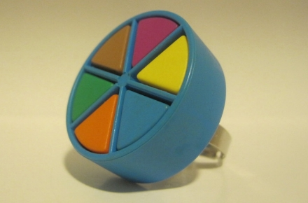 Anillo con forma de quesito del Trivial Pursuit