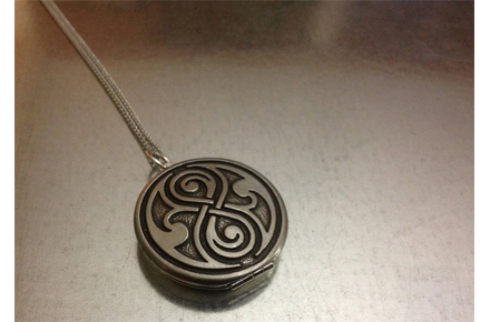 Colgante del Sello de Rassilon con espejo del Doctor Who
