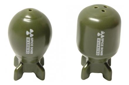 Salero y pimentero con forma de bombas