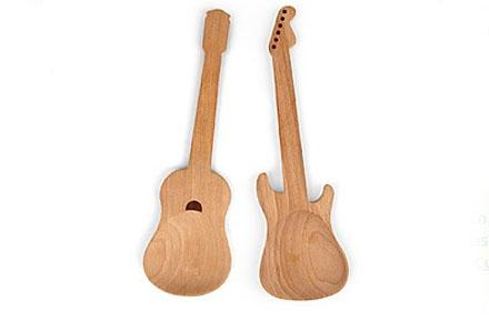 Cucharas de palo con forma de guitarra