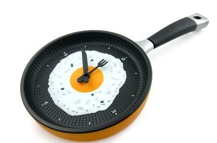 Reloj con forma de sartén con huevo frito