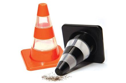 Salero y pimentero con forma de conos de tráfico